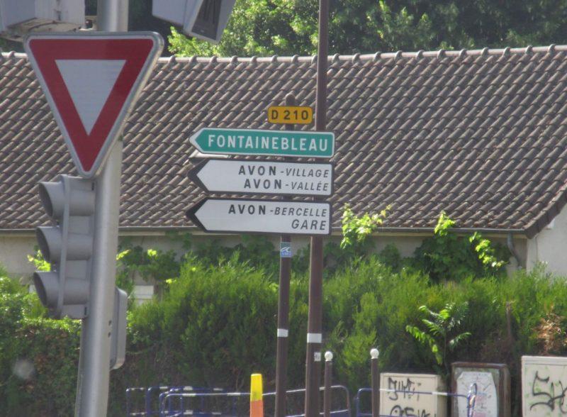 フランス フォンテーヌブロー方面 道路標識