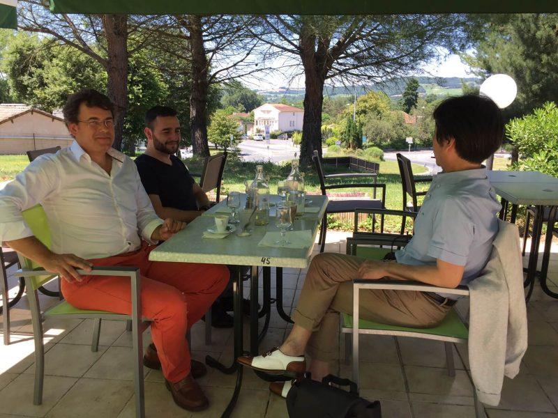 フランス グロウエの街での昼食後のミーテイング