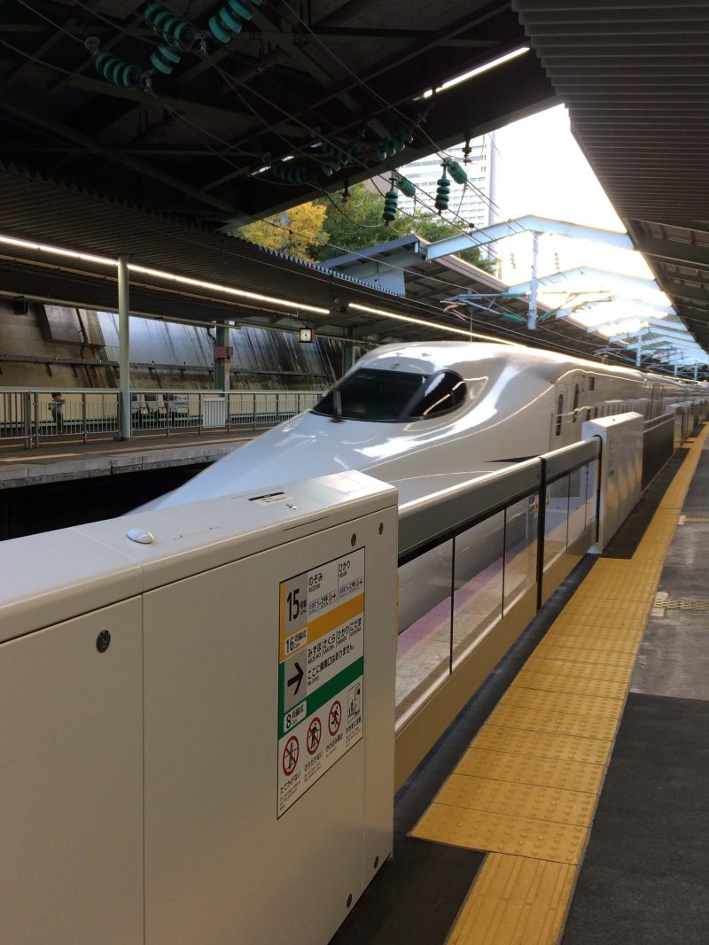 新神戸駅 ホーム 新幹線停車