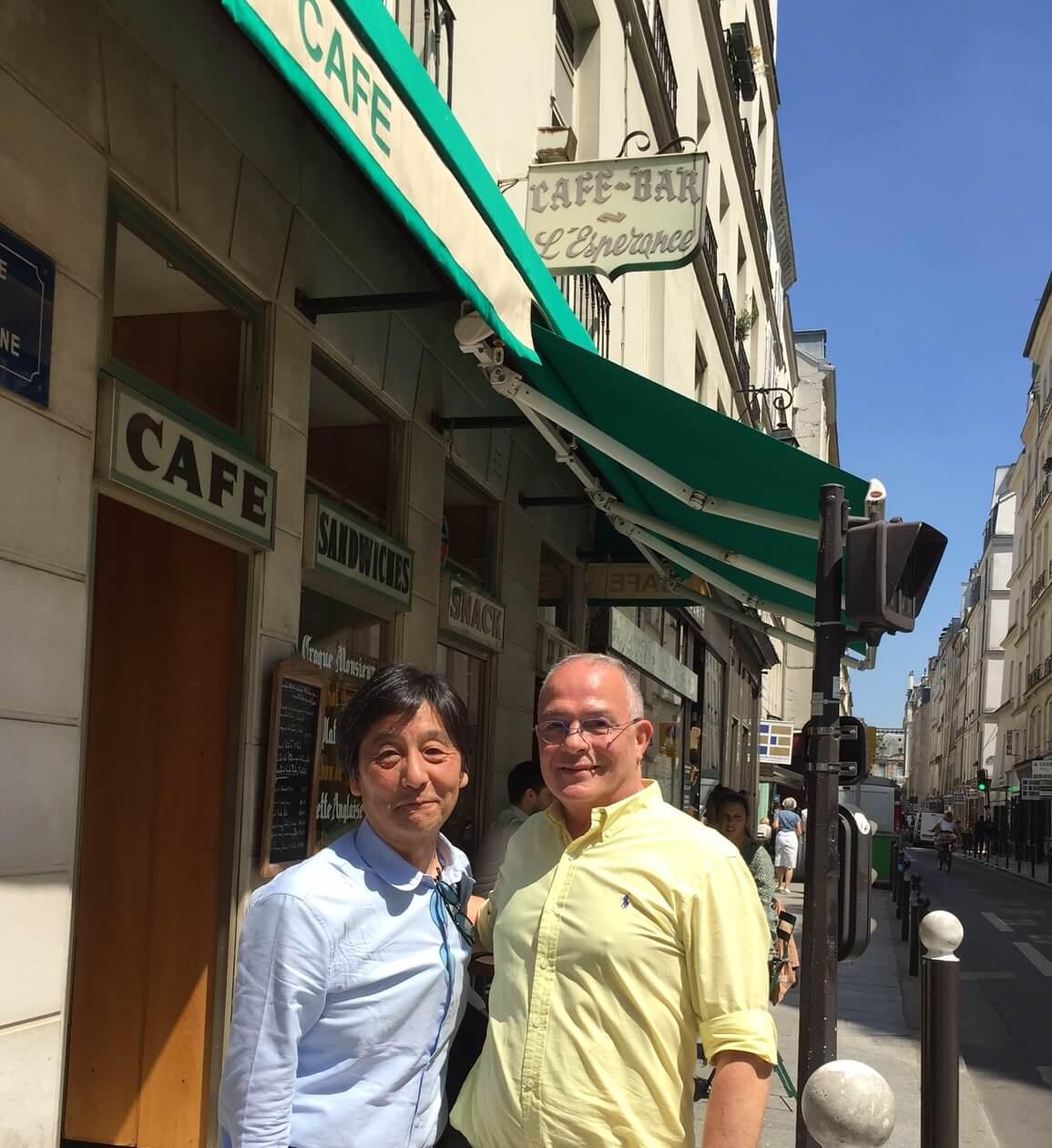 フランスパリ 左岸 お気に入りのカフェ 店主と記念撮影