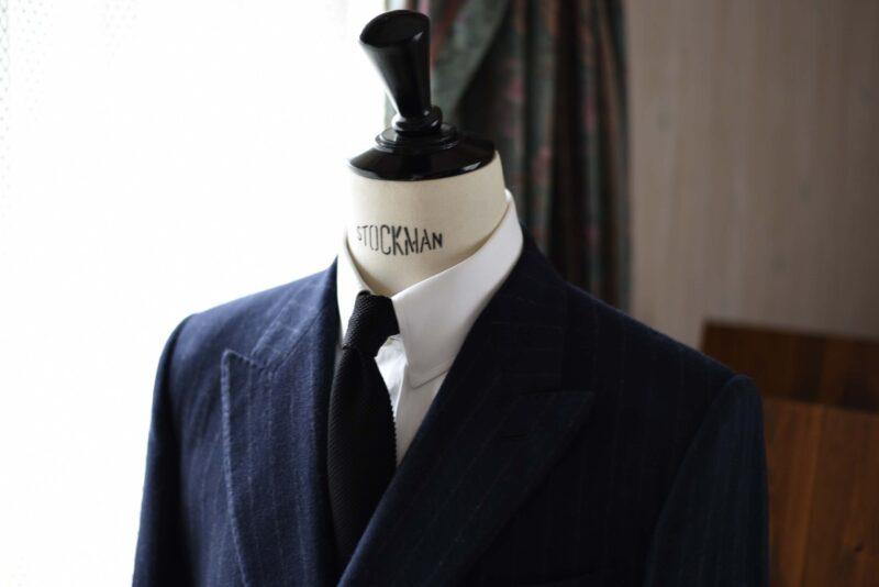 フランネルのジャケットとニットネクタイ