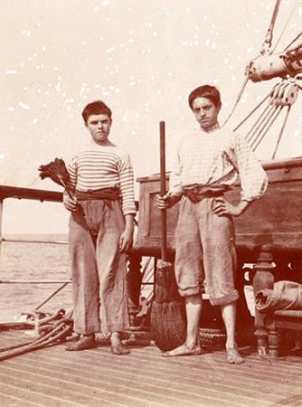 ブルトントップを着た 昔の船員さん