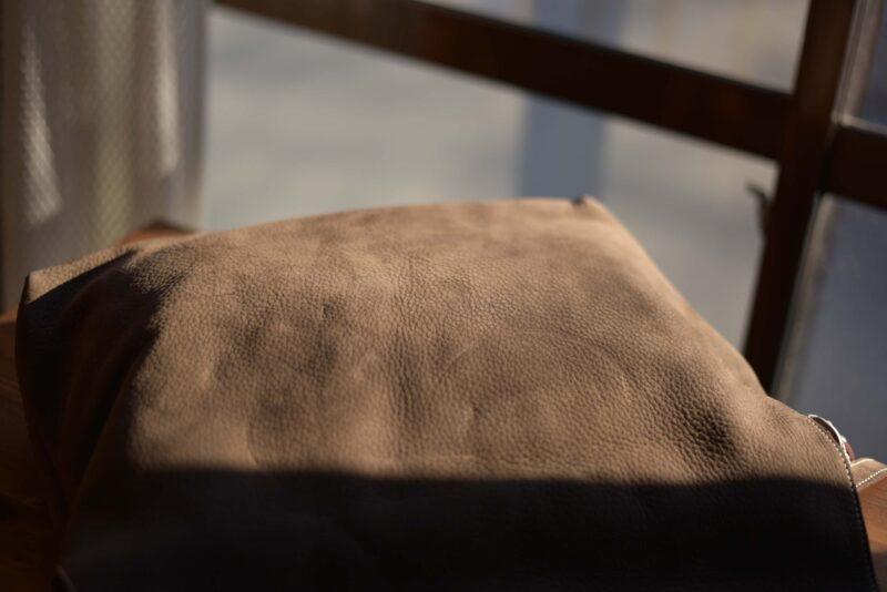 毛足が寝た状態のヌバックレザー